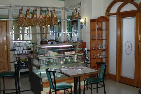 http://www.elcary.com/restaurante//imagenes_photobox//JAMONES.png
